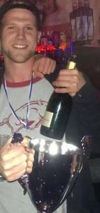WFI-Kapitän Julian Tietze mit dem Hallenmasters-Pokal