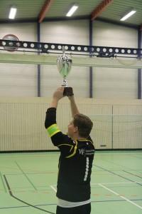 Marius Adenauer mit dem Hallenmasters-Pokal 2015/16. Kann er morgen auch die Präsicup-Trophäe in die Höhe stemmen?